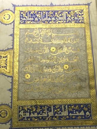 Altın ile işlenmiş bir Kur'an. Yazıları da altınla yazılmış.