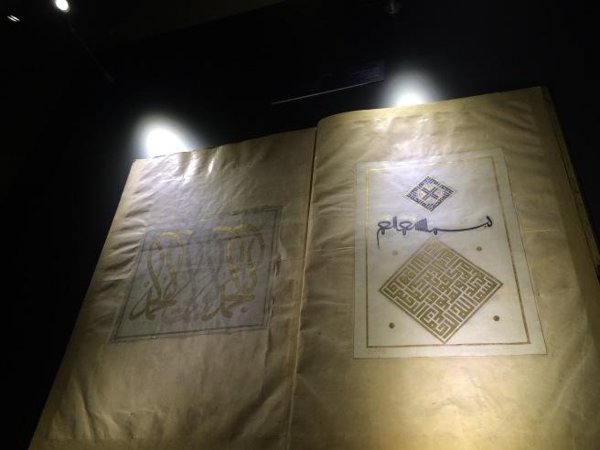 Karahisari'nin meşhur sayfası. Normalde bu iki sayfa bir kitaba ait fakat o kadar ön plana çıkmış ki ben ayrı bir levha sanıyordum.
