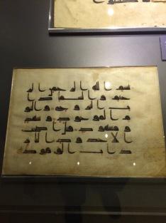 Eski kûfi ve mağribi yazılara örnekler. Harfler aynı canlılığını koruyor neredeyse.
